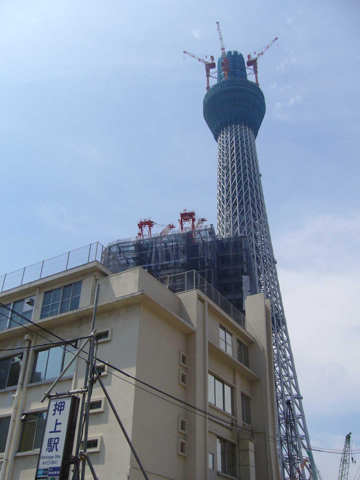 押上駅B3出口近くより見た東京スカイツリー(建設中)
