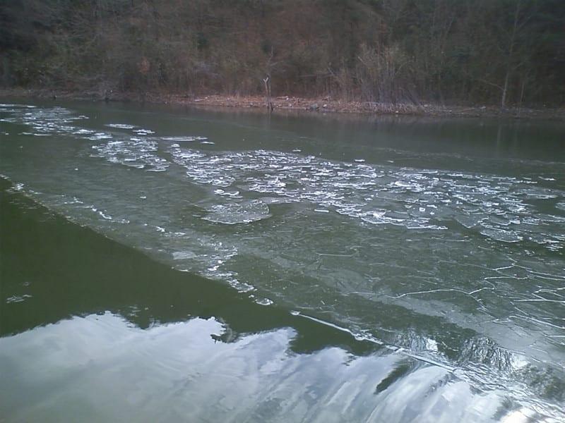 上流に氷が!
