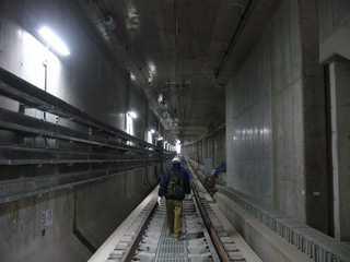 阪神なんば線九条駅から西九条駅へ向かう開削トンネル内
