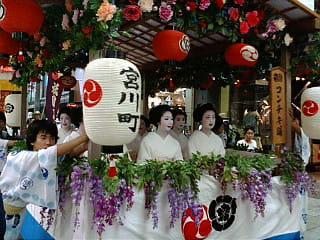 祇園祭の花傘巡行に来ています