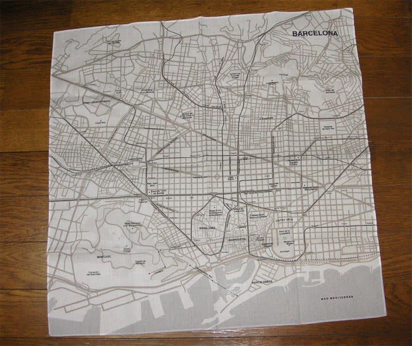 東京、ロンドン、ニューヨーク、パリそしてバルセロナのそれぞれの都市の地図がプリントされた大判のハンカチ !!(香港もあるようですが、所沢西武店では見当たらず)