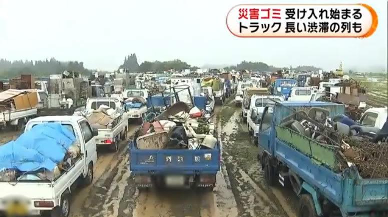 災害ゴミ 受け入れ始まる トラック 長い渋滞の列も、熊本人吉市 ...