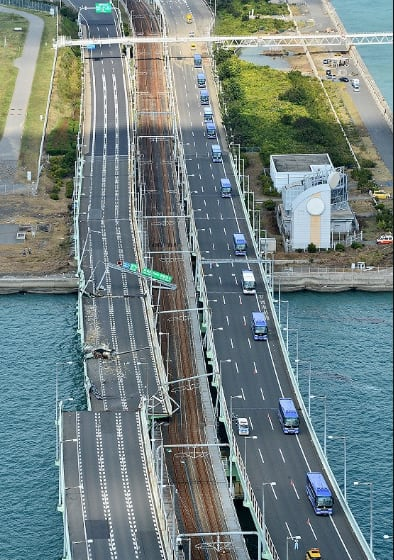 空撮:台風21号 タンカー衝突の関空連絡橋橋桁、撤去開始 ...