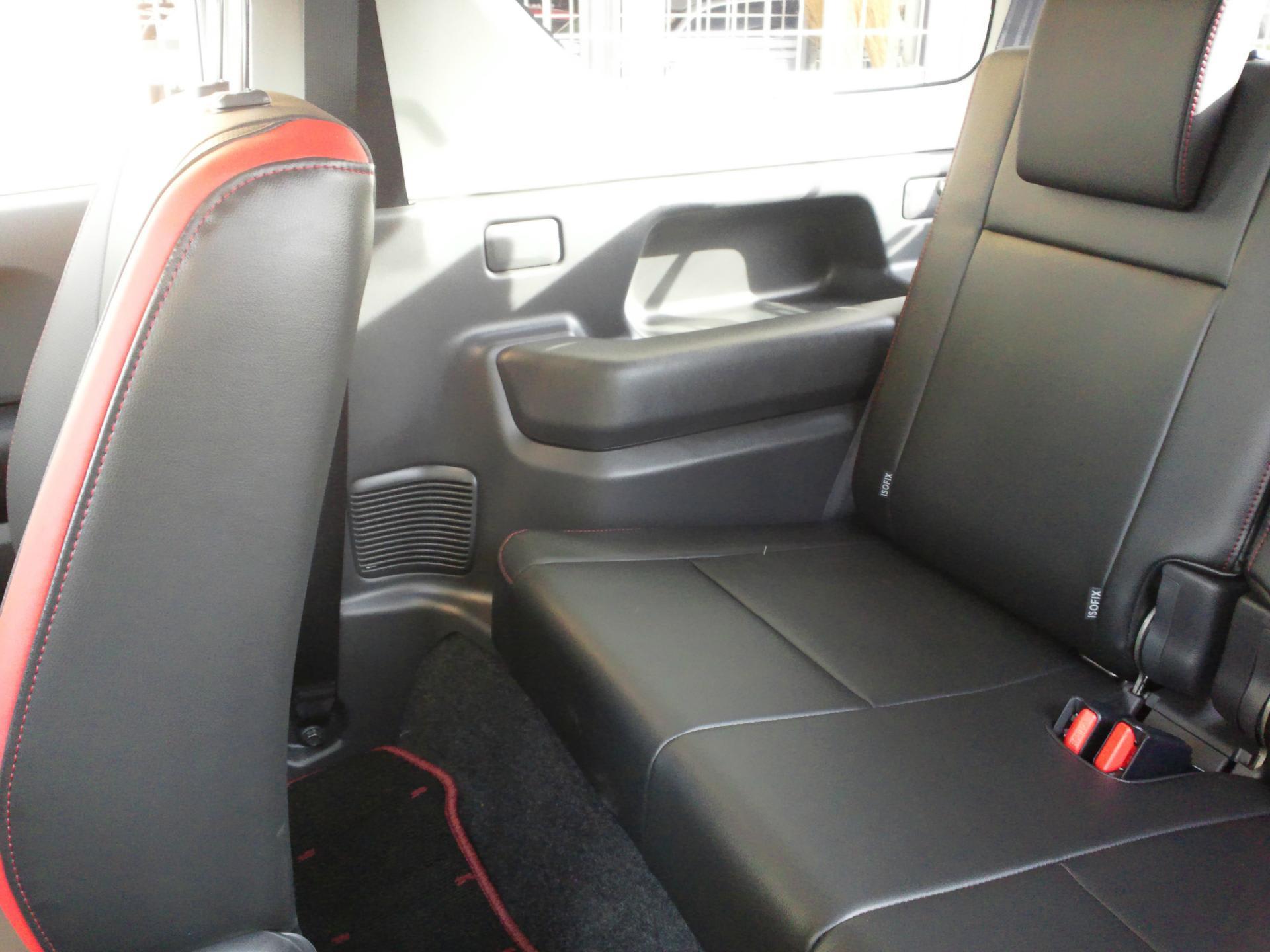 「ジムニーの後ろ座席は狭すぎる!」と評される事が多いですが、確かにその通り、広くはありません。しかし、大人が後ろに座るという使い方も十分可能ではないかと思い