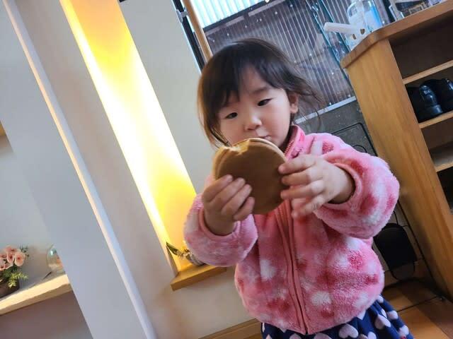 大判焼きを食べるみいなの写真です | 高知市で月々三万円で新築一戸建てを建てるならサンブランドハウス