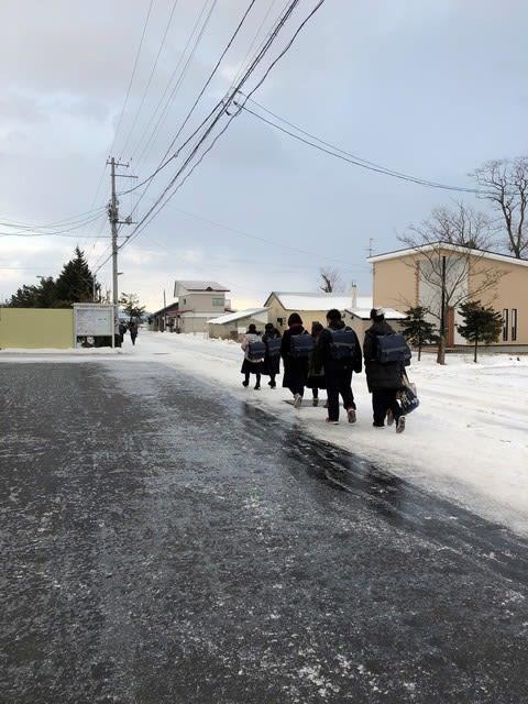 寒波の中を中学生が登校します -...