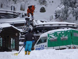 搬器も雪おろし。下は雪上車で固めてます。