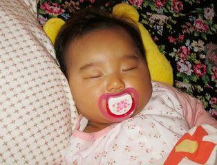 寝る おしゃぶり 子供の「指しゃぶり(指吸い)」原因と心理!指をしゃぶるのはいつからいつまで?大人になっても治らないのは癖?やめさせるのは逆効果!