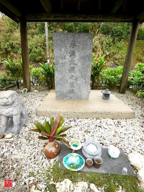 与湾大親の墓?碑 - がじゅまるの樹の下で。
