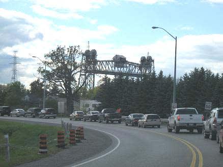 橋が上がって長い行列