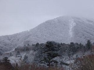 今日の大山。こんな日でも、登山者はいます。2人ほど確認。