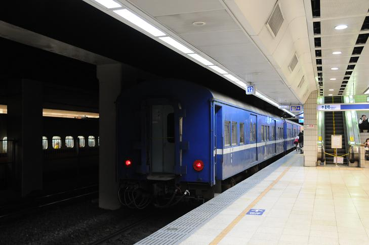 台北地下駅の藍色客車 - Kereta ...