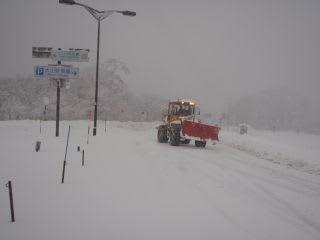 これから除雪に。駐車場(観光局)や道路(鳥取県)の除雪車が出動