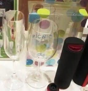 桜の下でワインタイム♪本格ワイングラスを持っておしゃれな時間を演出