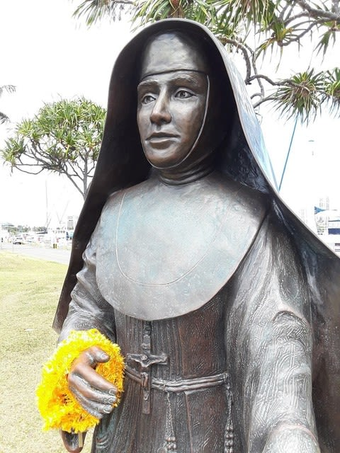 ケワロの海を見つめる聖女の像 -...