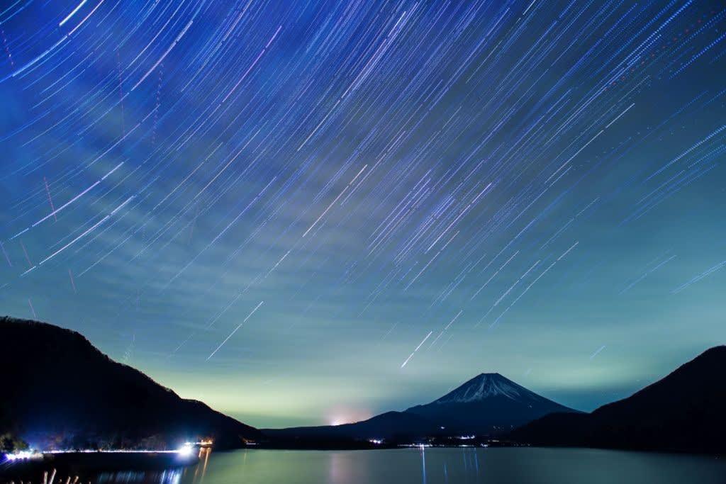 富士と冬の星空の写真