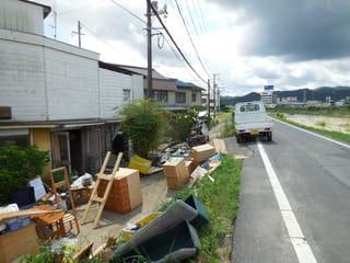 瀬戸川沿いの民家