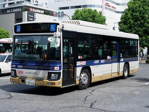 調布駅で見られる新旧京王バス車...