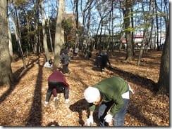 ②落ち葉に埋まった通路の整備