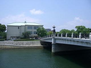 元安川の向こうはレストハウス(中島地区に唯一残る被爆建物:旧大正呉服店)