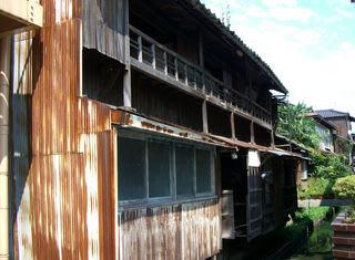 川べりの旧「妓楼」