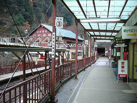 鐘釣駅 - 駅は世界