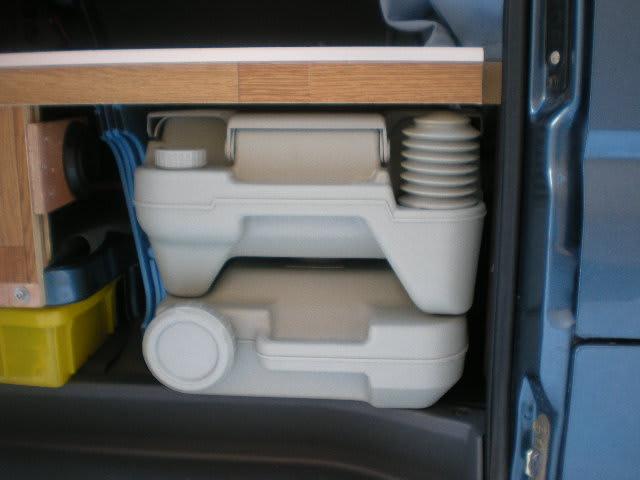 軽キャンビングカーにポータブルトイレ積載しました(水タンク10リットル)次の改造予定はキャンカー室内でもトイレ使える様に改造の予定です、