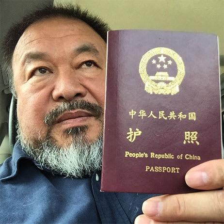 艾未未は、新しいパスポートを入...