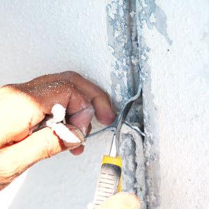 劣化したシーリング材の剥がし作業1