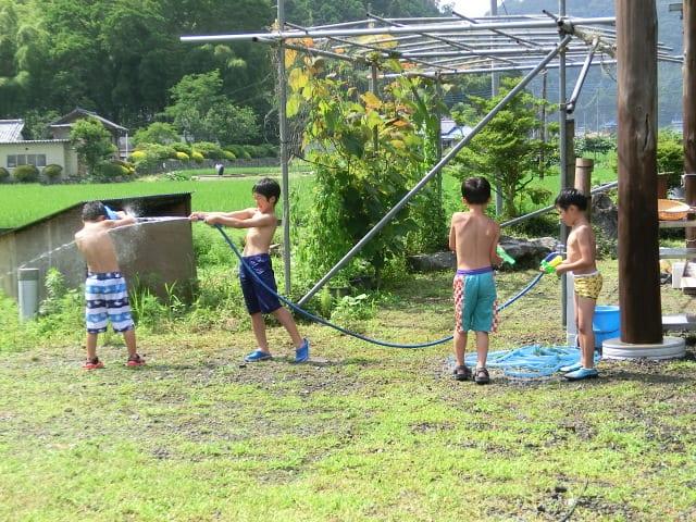 子供たちは水遊び