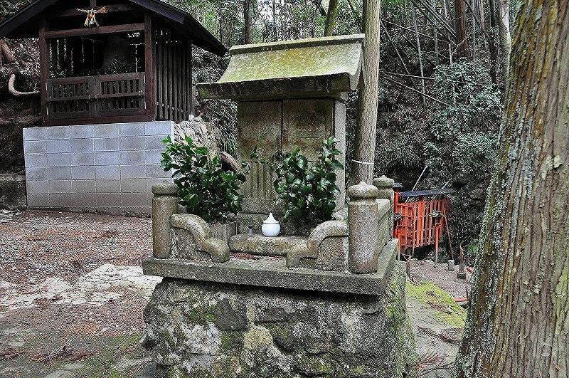 石祠:祀られているのは龍神でしょうか?