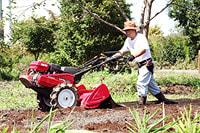見沼田んぼ福祉農園では、Hondaの耕うん機が大活躍。リアロータリー式の「ラッキー」で、土を耕す古澤さん