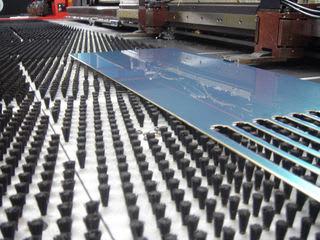 精密板金 丸井工業 加工テーブル上の板金