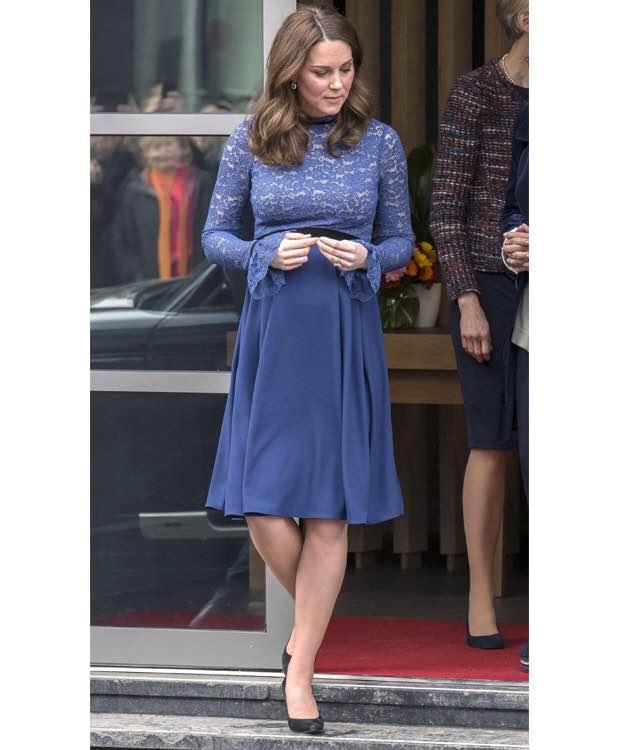 大きなお腹があまり目立たないようなそれでいてフェミニンな印象のドレス。それに反したかのように、メーガン妃の場合、大きなお腹を強調するかのような ファッションが