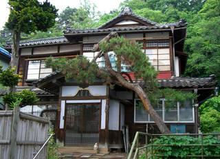 重厚な造りの木造建築