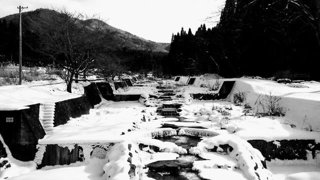 雪の積もった川を歩く - 大宮喜...