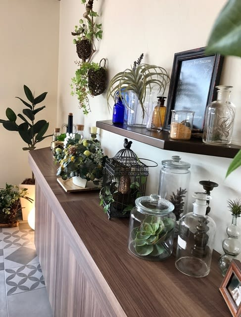 カウンターテーブルに飾った フェイクグリーン造花
