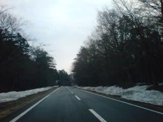 除雪された雪は残っていますが、道路にはありません。