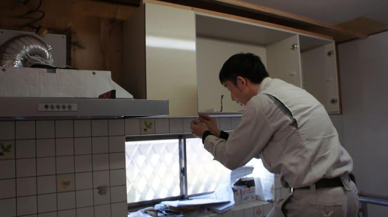 キッチンの吊戸棚工事