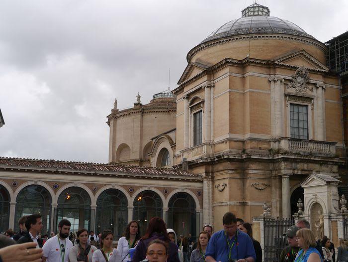 この建物がバチカン美術館となっています。 さすが、世界一のキリスト教の王国だけあって、世界の各地からの名画・彫刻が展示されて。  膨大な数ですが、恐らくそれも一