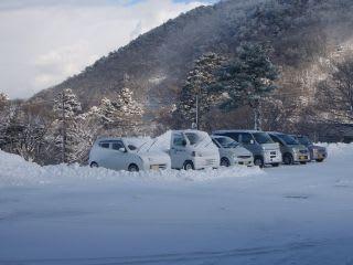 今朝の博労座。青い空が。除雪直後なので雪は少ないですが、昨日から停めてある車は埋まっていたり。