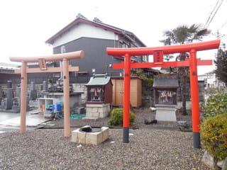 秋葉神社(左)と稲荷神社(右)