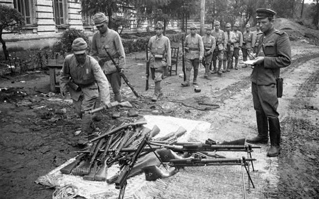 ソ連軍兵士が、日満パルプの女性...