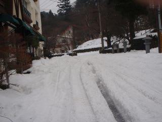 スキー場へ向かう道。此処は比較的マシな方