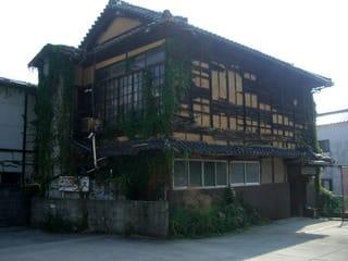 緑のカーテンに覆われた家(音戸町鰯浜2丁目4-12)