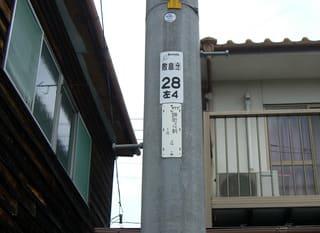 木造家屋のすぐ東側に立つ電柱