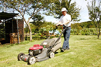広い芝生のスペースでは、「収穫祭」や「農的若衆宿」などさまざまなイベントが行われる。芝生は、夏は毎週手れされていて、きれいなじゅうん状態に。活躍するのは広い敷地作業に最適なエンジン式の歩行型芝刈機「HRX」。この日初体験という松島さんが、軽快に芝を刈り込んでいく。刈った芝も堆肥として活用