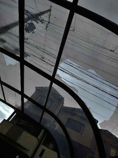 台風の飛来物で壊れたカーポート