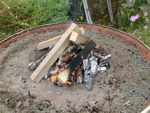 イモを焼く