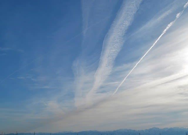 一部小松空港から千歳に向かう飛行機雲もありますが、